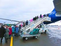 基辅,乌克兰- 2017年12月12日:走到飞机后门的乘客  免版税图库摄影
