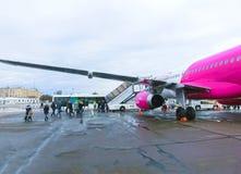基辅,乌克兰- 2017年12月12日:走到飞机后门的乘客  免版税库存图片