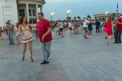 基辅,乌克兰- 2017年8月06日:跳舞在岗位正方形的市民辣调味汁 库存照片