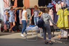 基辅,乌克兰- 2018年7月13日-妇女选择衣裳在一个休息日在市场 免版税库存照片