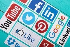 基辅,乌克兰- 2017年3月10日 普遍的社会媒介商标的汇集在纸打印了:YouTube, Facebook,慌张,谷歌加上, 免版税库存图片