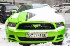 基辅,乌克兰- 2月09 2018年:强有力的Ford Mustang上司编辑停放的室外下面降雪明亮的冬日 库存图片