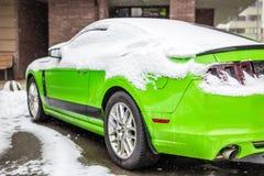 基辅,乌克兰- 2月09 2018年:强有力的Ford Mustang上司编辑停放的室外下面降雪明亮的冬日 图库摄影