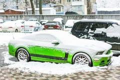 基辅,乌克兰- 2月09 2018年:强有力的Ford Mustang上司编辑停放的室外下面降雪明亮的冬日 免版税库存照片