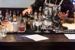 基辅,乌克兰- 2016年10月30日, :侍酒者在男服务员节日做鸡尾酒 库存照片