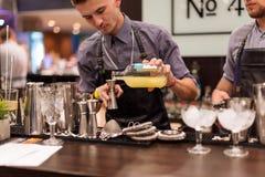 基辅,乌克兰- 2016年10月30日, :男服务员节日 年轻英俊的侍酒者做鸡尾酒 库存图片