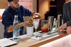基辅,乌克兰- 2016年10月30日, :男服务员节日 年轻英俊的侍酒者做鸡尾酒 库存照片