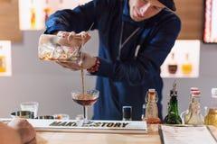 基辅,乌克兰- 2016年10月30日, :男服务员节日 年轻英俊的侍酒者做鸡尾酒 图库摄影