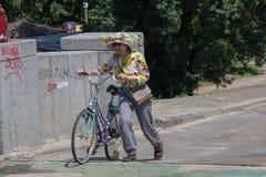 基辅,乌克兰- 2016年6月05日:一个帽子的年长妇女在步行 免版税库存图片