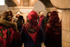 基辅,乌克兰- 1月14日:乌克兰传统种族穿戴的女孩唱颂歌在地铁站 免版税图库摄影