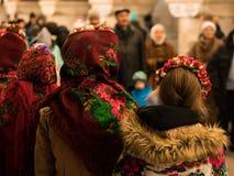 基辅,乌克兰- 1月14日:乌克兰传统种族穿戴的女孩唱颂歌在地铁站 库存照片