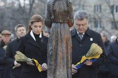 基辅,乌克兰- 2015年11月28日:乌克兰总统Petro波罗申科和他的妻子纪念了饥荒种族灭绝的受害者 图库摄影