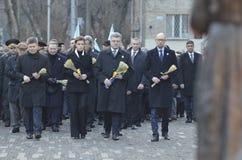 基辅,乌克兰- 2015年11月28日:乌克兰总统Petro波罗申科和他的妻子纪念了饥荒种族灭绝的受害者 库存照片