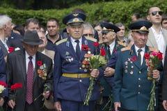 基辅,乌克兰- 2016年5月09日:二战退伍军人放的花 免版税库存照片