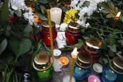 基辅,乌克兰- 2015年11月14日:人们在法国大使馆放花在基辅以记念受害者恐怖袭击在Pari 库存照片