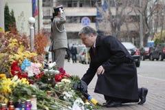 基辅,乌克兰- 2015年11月14日:人们在法国大使馆放花在基辅以记念受害者恐怖袭击在Pari 免版税库存图片