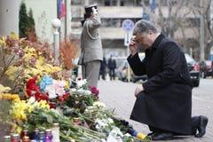 基辅,乌克兰- 2015年11月14日:人们在法国大使馆放花在基辅以记念受害者恐怖袭击在Pari 免版税图库摄影