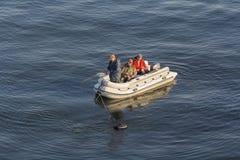 基辅,乌克兰- 2015年9月30日:人去钓鱼在一条可膨胀的小船 免版税库存图片