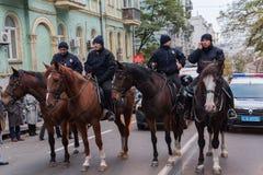 基辅,乌克兰- 2016年10月14日:在城市街道上的登上的警察 库存照片