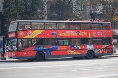 基辅,乌克兰- 2015年8月04日:在街道Khreshchatyk上的观光的公共汽车 免版税库存照片