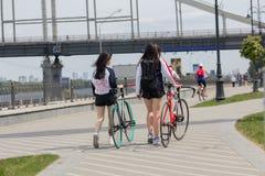 基辅,乌克兰- 2016年5月13日:女孩-漫步的骑自行车者 免版税图库摄影