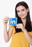 基辅,乌克兰- 2016年8月22日:妇女在白色背景的纸递拿着Linkedin象标志打印 Linkedin 库存照片
