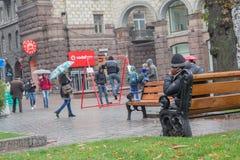 基辅,乌克兰- 2016年10月08日:无家可归者坐长凳 免版税库存照片