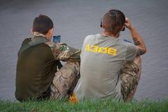 基辅,乌克兰- 2015年9月09日:有民族主义的运动亚速号的标志的年轻人 库存照片