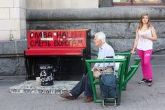 基辅,乌克兰- 2015年9月11日:独立广场的公民在钢琴附近 库存照片