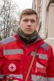 基辅,乌克兰- 1月18日:红十字会的志愿者在Mikhailovskaya广场的,在抗议集会期间 免版税库存图片