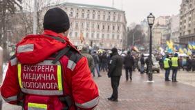 基辅,乌克兰- 1月18日:红十字会的志愿者在Mikhailovskaya广场的,在抗议集会期间 库存图片