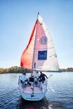 基辅,乌克兰- 2016年9月30日:航行游艇训练天 在水库的种族面前 免版税库存图片