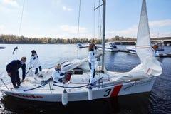 基辅,乌克兰- 2016年9月30日:航行游艇训练天 在水库的种族面前 库存照片