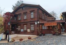 基辅,乌克兰- 2015年10月22日:街道安德鲁的下降的老木房子 免版税库存照片