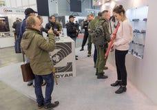 基辅,乌克兰- 2016年10月12日:访客专门了研究陈列胳膊和安全- 2016年 免版税库存照片