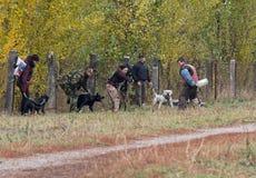基辅,乌克兰- 2015年10月25日:辅导员训练积极的护卫犬 免版税库存照片