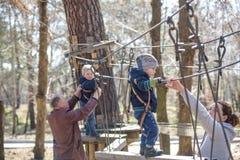 基辅,乌克兰- 2016年3月30日:过索桥的孩子在 免版税库存图片