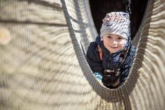 基辅,乌克兰- 2016年3月30日:过索桥的孩子在 免版税图库摄影