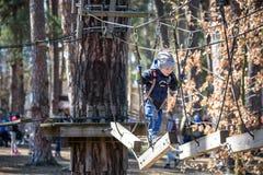 基辅,乌克兰- 2016年3月30日:过索桥的孩子在 库存照片