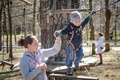 基辅,乌克兰- 2016年3月30日:过索桥的孩子在 图库摄影