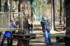 基辅,乌克兰- 2016年3月30日:过索桥的孩子在 免版税库存照片