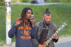 基辅,乌克兰- 2016年5月03日:音乐家为游人和公民执行 免版税库存图片