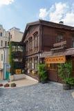 基辅,乌克兰- 2016年6月04日:餐馆在一个老木房子里 免版税库存图片