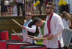 基辅,乌克兰- 2016年6月05日:鼓手三重奏在全国费用 图库摄影