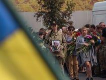 基辅,乌克兰- 2015年9月04日:死者的葬礼作为志愿者的前面的 库存图片