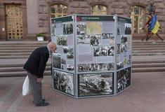 基辅,乌克兰- 2015年10月02日:lderly街道上的人Khreshchatyk熟悉博览会 库存照片