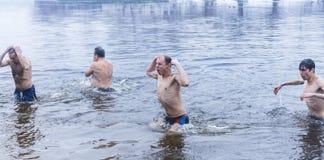 基辅,乌克兰- 1月 19日2017年:正统基督徒庆祝与冰游泳的突然显现 女孩祈祷的女孩 免版税库存图片