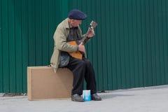 基辅,乌克兰- 206 5月03, :一个年长人做生存戏剧 库存图片