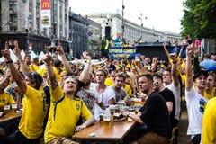基辅,乌克兰- 6月10 :在UEFA欧元期间,瑞典爱好者获得乐趣 免版税库存图片