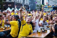 基辅,乌克兰- 6月10 :在UEFA欧元期间,瑞典爱好者获得乐趣 免版税库存照片